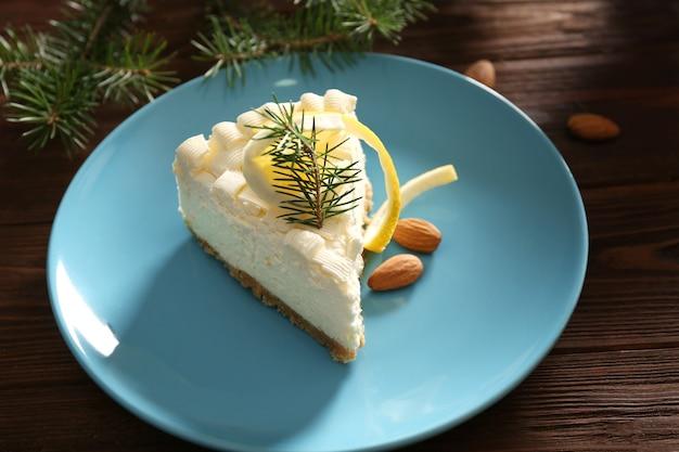 Pezzo di deliziosa cheesecake al limone sul piatto blu