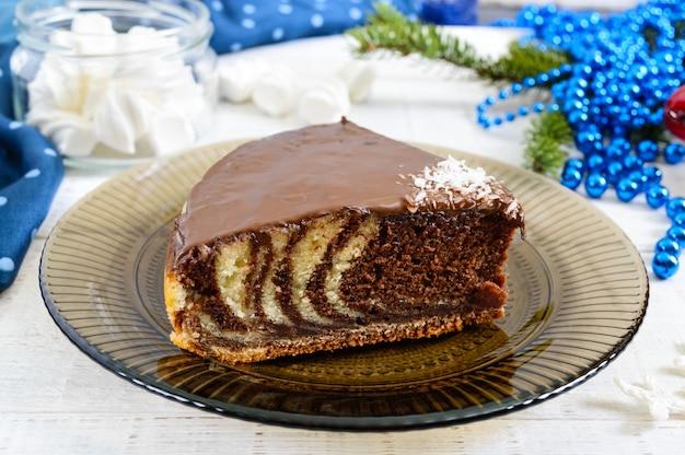 Un pezzo di deliziosa torta bicolore con cioccolato e scaglie di cocco