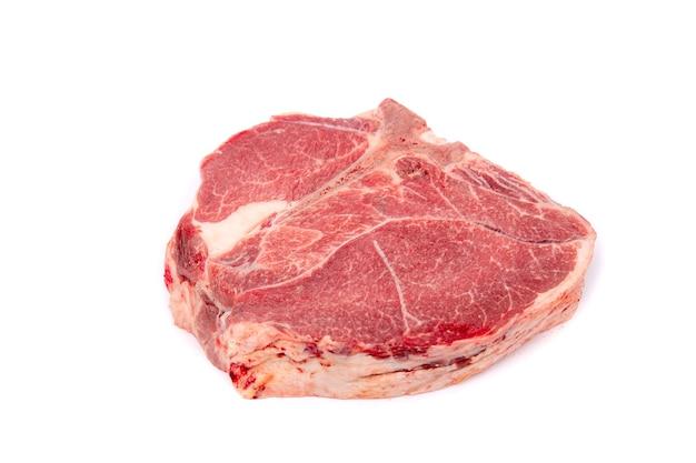 Pezzo di carne di cavallo cruda fresca isolata sulla superficie bianca