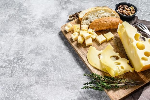 Pezzo di formaggio maasdam con grandi buchi