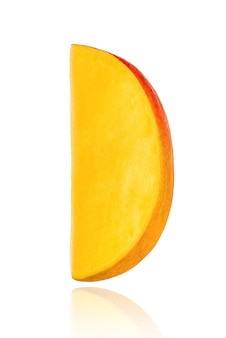 Pezzo di mango, fetta, isolato su sfondo bianco con ombra.