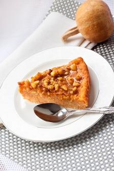 Pezzo di torta di zucca con le noci