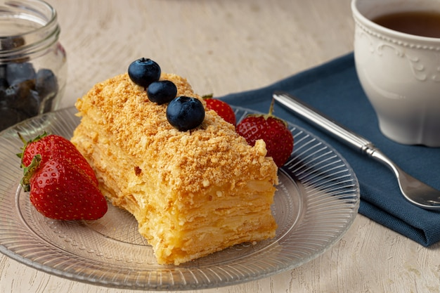 Pezzo di medovik russo torta al miele servito con frutti di bosco