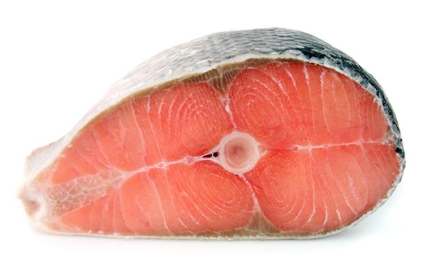 Pezzo di salmone su uno sfondo bianco