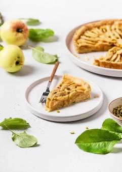 Pezzo di gustosa crostata di mele fatta in casa con pistacchi verdi