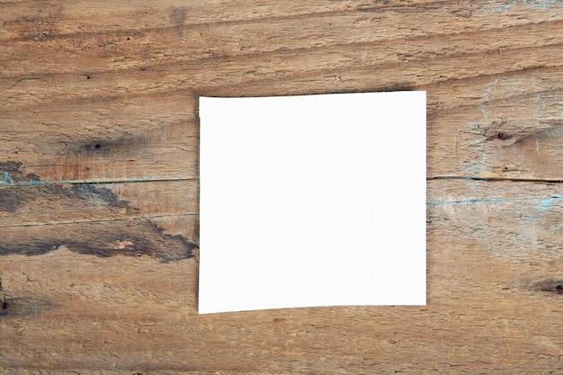 Un pezzo di carta bianca sul tavolo