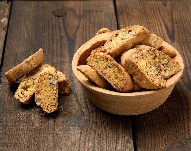 Pezzi di biscotti di biscotti natalizi italiani al forno, vista dall'alto
