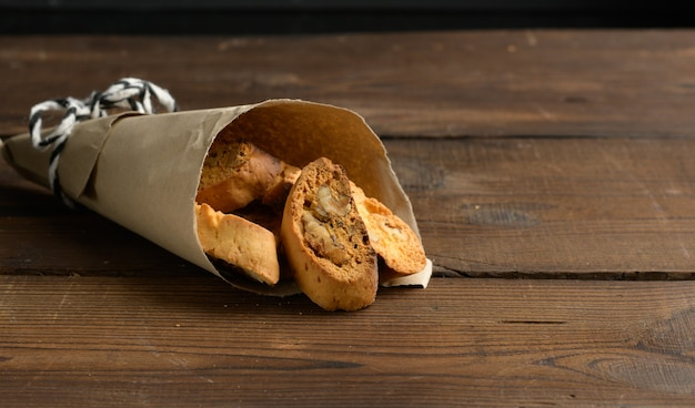Pezzi di biscotti di biscotti natalizi italiani al forno, fondo in legno, da vicino