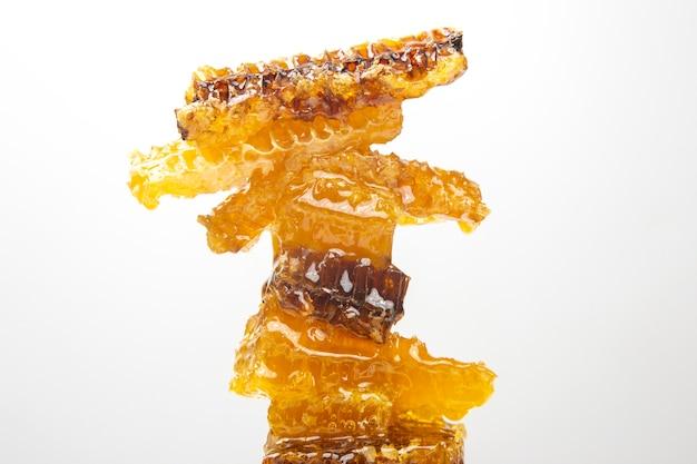 Pezzi di miele di cera d'api su uno sfondo bianco
