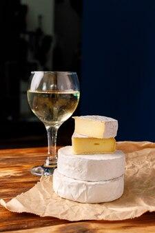Pezzi di formaggio camembert su carta sgualcita si chiudono