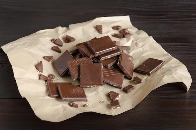 Pezzi di cioccolato fondente e al latte su carta da imballaggio