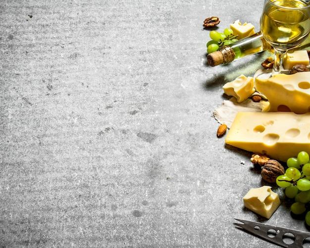 Pezzi di formaggio fresco con vino bianco e noci
