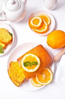Pezzi di torta al limone affettata al forno fresca fatta in casa sul piatto bianco. vista dall'alto.