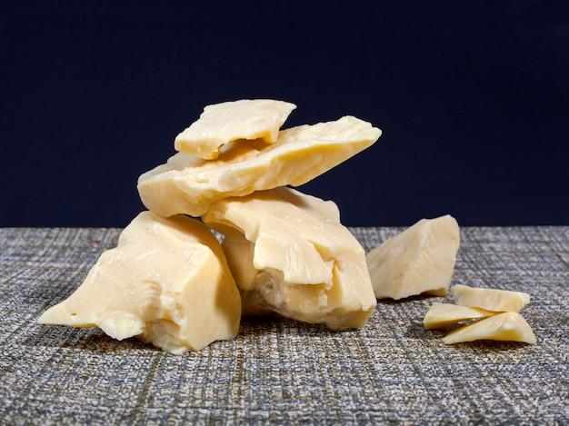 Pezzi di burro di cacao naturale. foto macro