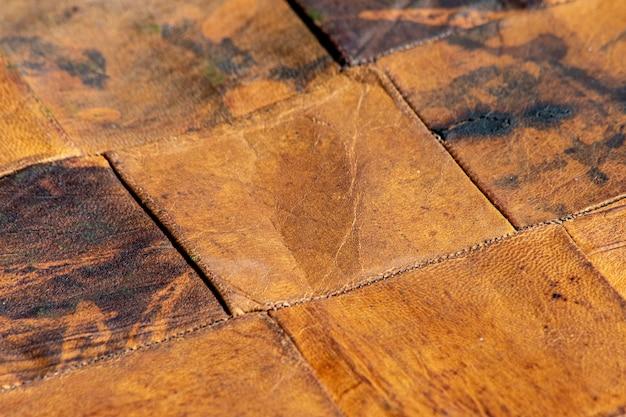 Pezzi di vecchia pelle combinati insieme in un luminoso motivo diagonale