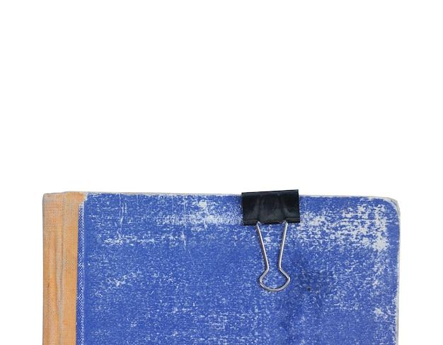 Pezzi di vecchia carta strappata con una graffetta