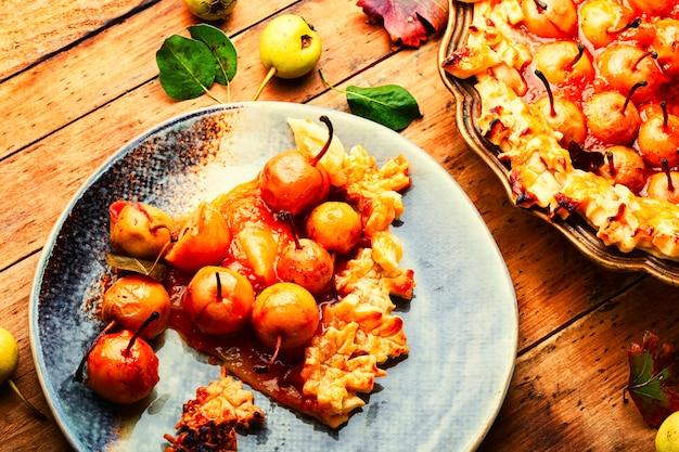 Pezzi di torta di pere sulla piastra. torta di frutta fatta in casa. crostata di pere. dessert di autunno.