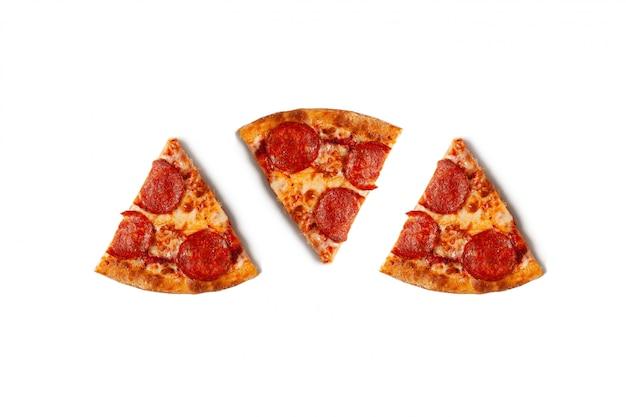 Pezzi di pizza ai peperoni isolata su bianco con ombra.