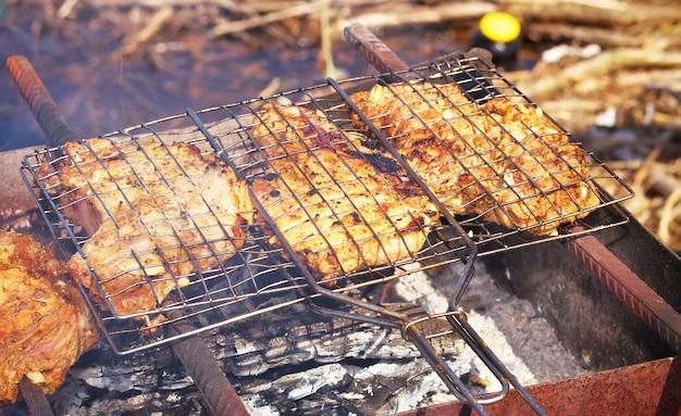 Pezzi di carne di maiale arrostiti alla griglia.