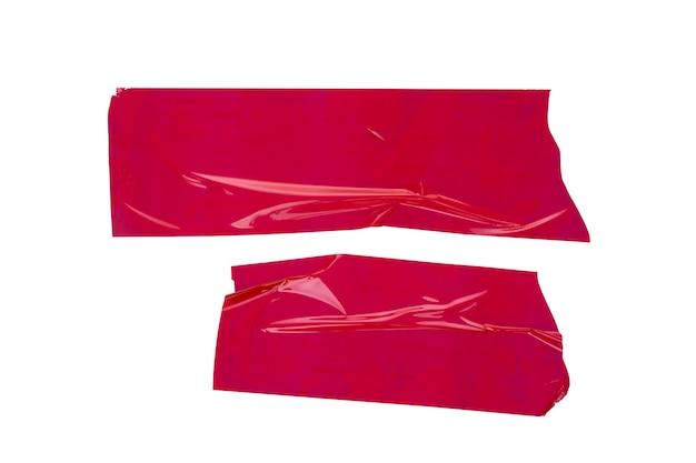 Pezzi di nastro adesivo rosso isolato su sfondo bianco