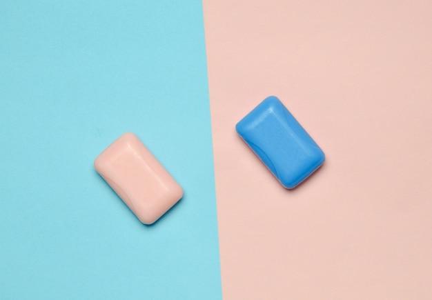 Pezzi di sapone su uno sfondo pastello rosa blu