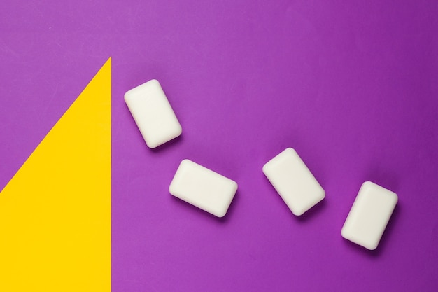 Pezzi di sapone su carta colorata con forme geometriche
