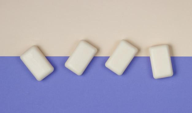 Pezzi di sapone su carta colorata