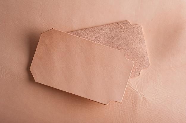 Pezzi di pelle conciata al vegetale, materia prima per la lavorazione della pelle