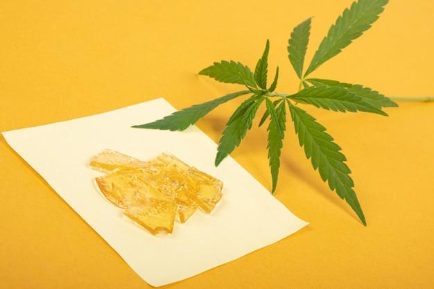 Pezzi di cera di cannabis gialla, concentrato di marijuana ad alto contenuto di thc.