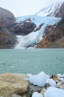 Vista del ghiacciaio piedras blancas, parco nazionale los glaciares el chalten, patagonia