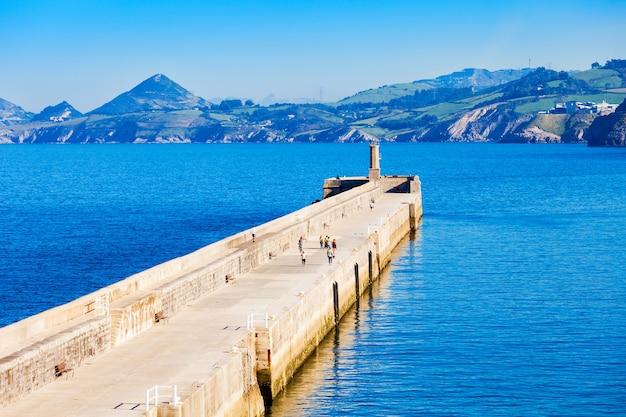 Molo di castro urdiales. castro urdiales è una piccola città nella regione della cantabria, nel nord della spagna.