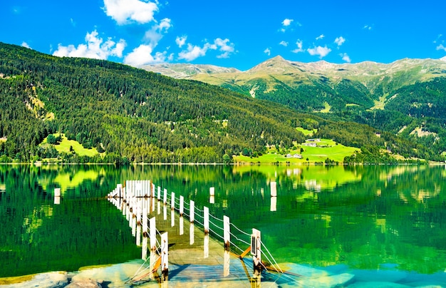 Pier al lago di resia, un lago artificiale in alto adige, alpi italiane