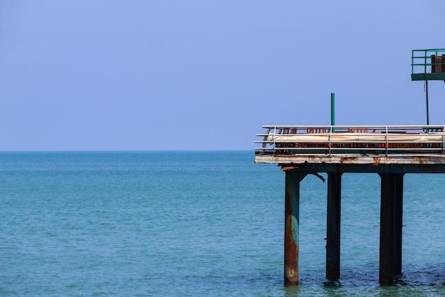 Pier su una riva del mar nero a batumi, georgia