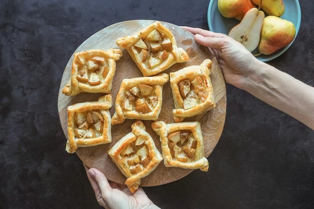 Tortini di pasta sfoglia alle pere. torta fatta in casa. la vista dall'alto.