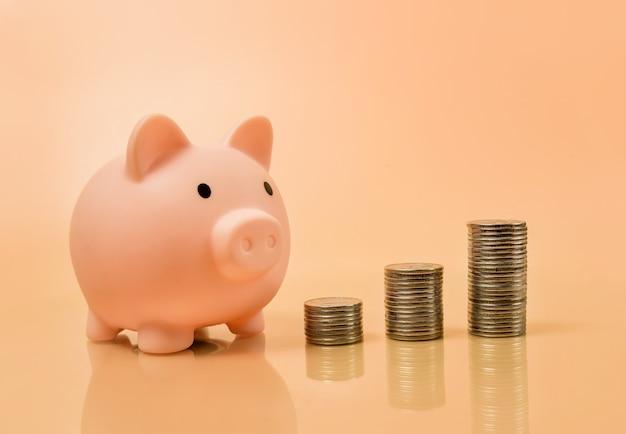 Salvadanaio e colonne di monete. concetto di cambio di valuta.