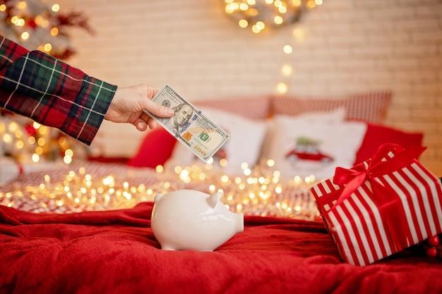 Salvadanaio in una festosa atmosfera natalizia