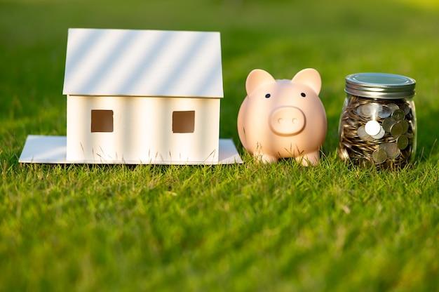 Salvadanaio e un modello di casa, concetto risparmiare denaro per la casa e gli immobili.