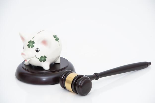 Salvadanaio sul martelletto del giudice. concetto di risparmio con sicurezza.