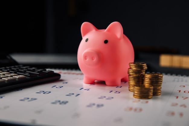 Salvadanaio sul calendario mensile. pagamento di alloggi in affitto o prestiti.