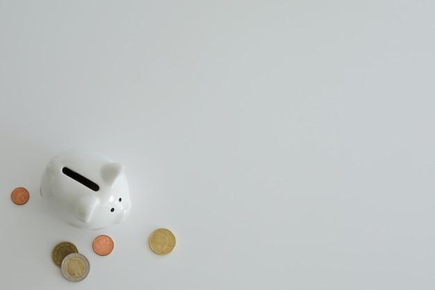 Salvadanaio per risparmiare denaro. ricchezza, budget, investimenti, concetto di finanza. salvadanaio, salvadanaio su sfondo bianco. spazio libero per il testo, copia spazio.