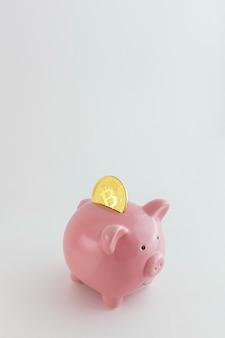 Salvadanaio con monete bitcoin isolate