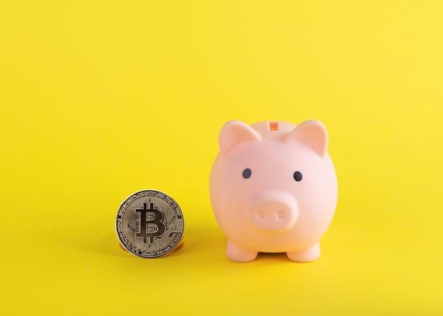 Un salvadanaio con bitcoin