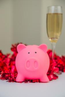 Banca piggy con decorazioni natalizie. salvadanaio con sfondo decorazione natalizia, immagine per il tempo per iniziare a risparmiare o soluzione per risparmiare denaro per la celebrazione natalizia concetto vacanza vacanza.