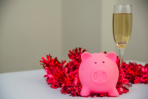 Banca piggy con decorazioni natalizie. tempo di natale e salvadanaio