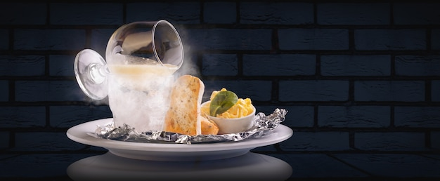 Caviale di luccio su ghiaccio secco con toast di pane tostato e burro