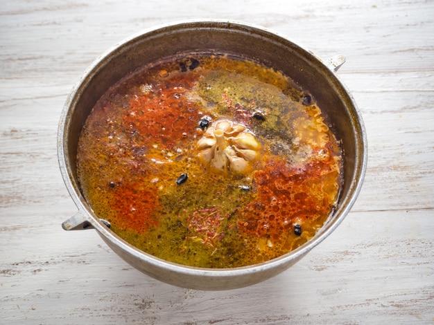 Pilaf nel calderone. cucinare il pilaf in un calderone. spezie in pilaf.