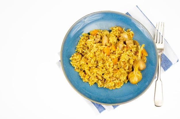 Pilaf con filetto di pollo. menù dietetico. foto dello studio.