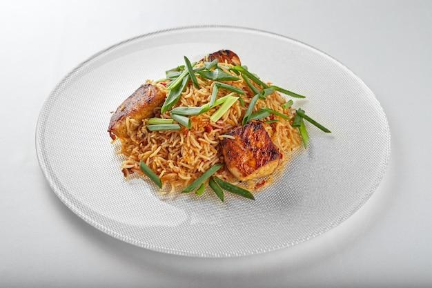 Pilaf con salmone su un piatto bianco