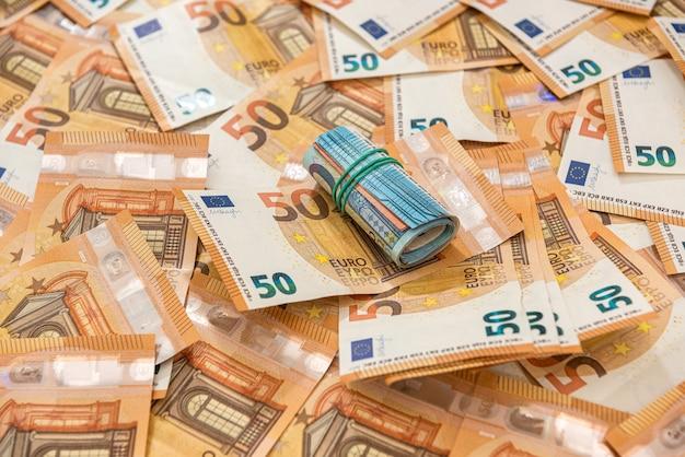 Pila di 50 banconote in euro, ricco concetto finanziario e di scambio exchange