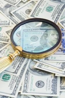Pila di banconote da un dollaro americano sotto la lente di manificazione